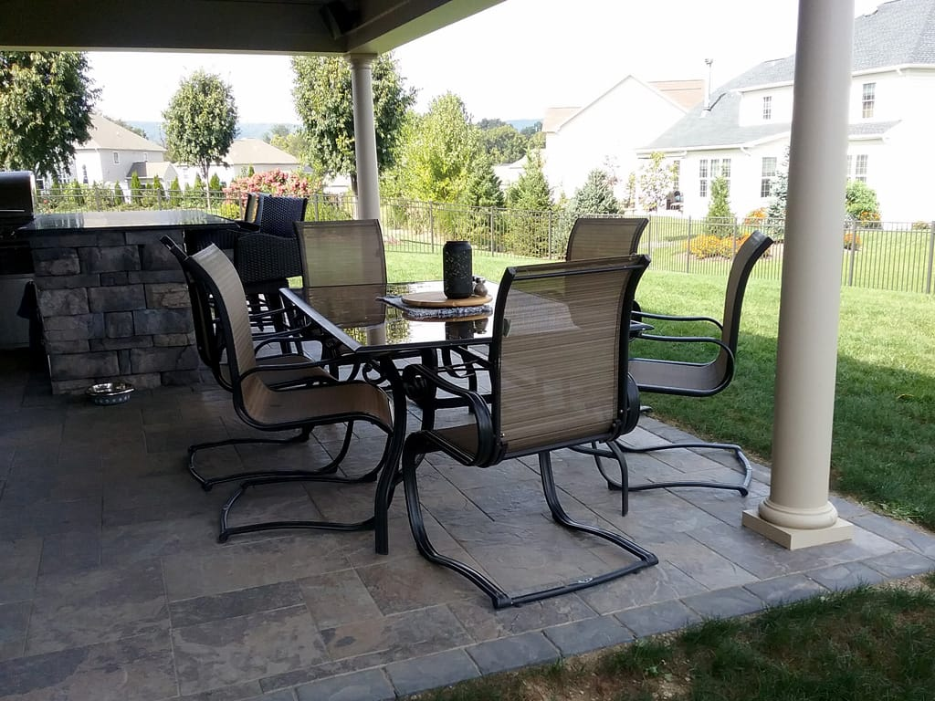 Covered dinning area with Provence Black Hills and Lafitt charcoal border