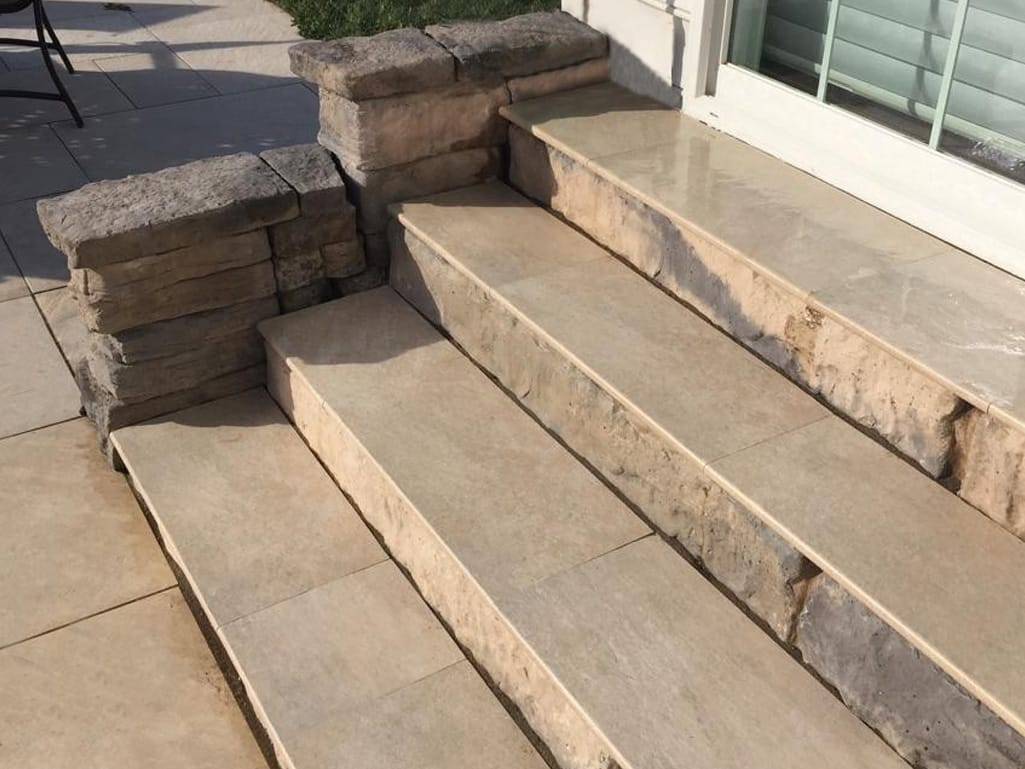 Steps with Quarziti treads in mountains with Belvedere accent wall